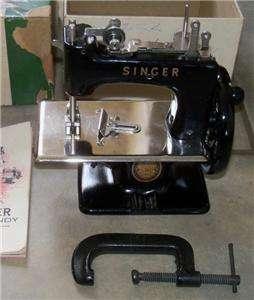 VINTAGE SINGER SEWHANDY MODEL 20 TOY MINIATURE SEWING MACHINE NRMT IN