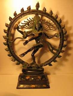 Shiva accomplit la danse cosmique de la destruction et de la création